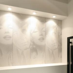 Jedną ze ścian łazienki zdobi kobiecy detal, który podoba się jednak nie tylko paniom. Fot. Bartosz Jarosz.