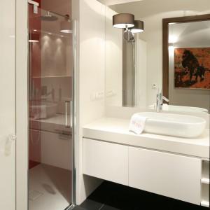 W łazience zrezygnowano z wanny na rzecz przestronnego prysznica. Fot. Bartosz Jarosz.