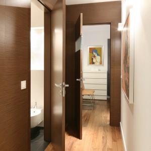 Z wąskiego korytarza mamy wejście do łazienki oraz do sypialni. Fot. Bartosz Jarosz.