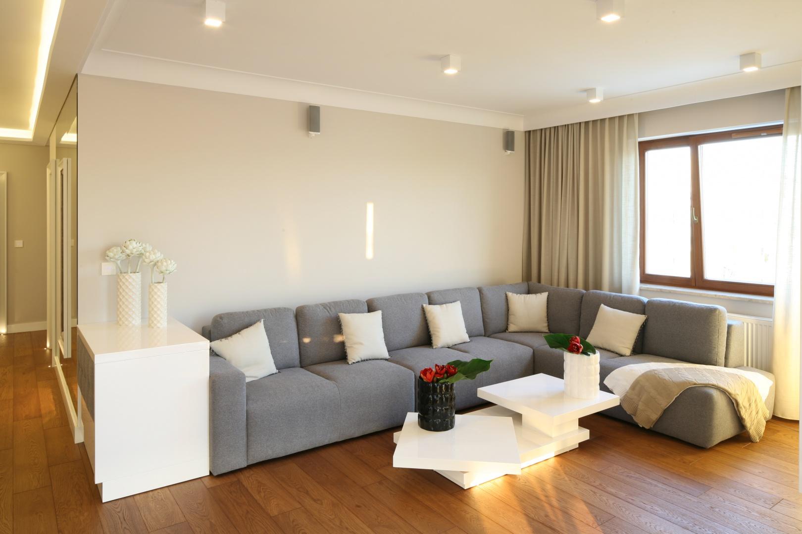 Biel połączona z ciepłą barwą drewna oraz delikatnym odcieniem ścian tworzy przytulne wnętrze. Fot. Bartosz Jarosz.