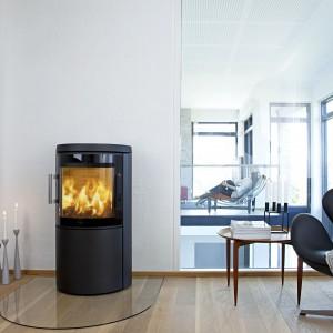 Piec wolno stojący  z oferty marki Koperfam, którego minimalistyczna forma podkreśli nowoczesny charakter salonu. Fot. Koperfam.