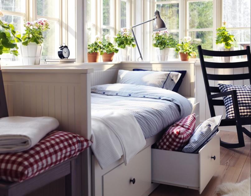 Białe, rozkładane łóżko Hemnes z trzema szufladami może pełnić cztery funkcje: wygodnej sofy,  łóżko pojedyncze, łóżko podwójne i praktyczny schowek. Fot. IKEA.