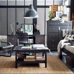 Czarna rama leżanki Svelvik doskonale sprawdzi się w każdym wnętrzu. Fot. IKEA.