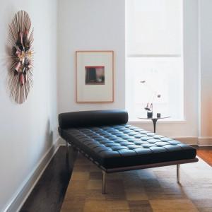 Barcelona - leżanka jest uzupełnieniem słynnej kolekcji. Pikowanie w kwadraty oraz chromowane nogi to ponadczasowe, klasyczne połączenie. Proj. Ludwig Mies Van Der Rohe. Fot. Knoll.