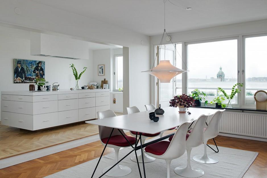 Kuchnię otwarto na jadalnię, choć podział pomiędzy pomieszczeniami jest wyraźnie zaznaczony poprzez wnękę w ścianie pomiędzy dwiema przestrzeniami. Fot. Alvhem Makleri.