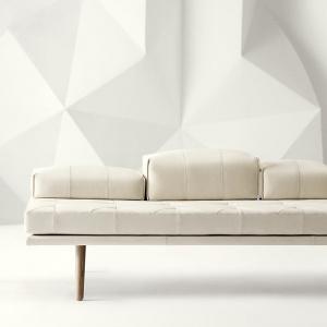 Leżanka Fusion z możliwością dowolnej konfiguracji poduszek. Lekka, ponadczasowa forma. Fot. BoConcept.