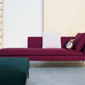 Leżanka z kolekcji Charles dostępna w wielu kolorach. Proj. Antonio Citterio. Fot. B&B Italia.