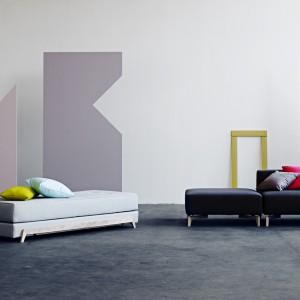 Frame to mebel o prostej, minimalistycznej formie. Może pełnić rolę leżanki oraz podwójnego łóżka. Fot. Softline.