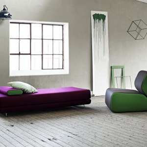 Shine - wygodna leżanka dostępna w wielu kolorach tkanin. Fot. Soft line.