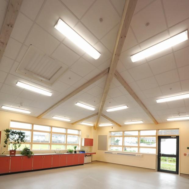 Rozwiązanie projektowe: montaż sufitu podwieszanego w pomieszczeniu z belkami stropowymi