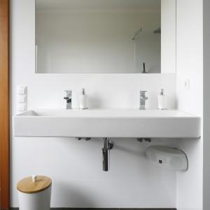 Proste formy wyposażenie zapewniają wygodę i wrażenie przestrzeni w łazience. Projekt: Piotr Stanisz. Fot. Bartosz Jarosz.