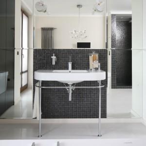 Urządzona w stylu art deco łazienka została wykończona białymi płytkami oraz ciemną połyskującą mozaiką szklaną. Projekt: Izabela Korol. Fot. Bartosz Jarosz