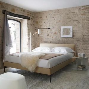Naturalna cegła o delikatnym, piaskowym odcieniu dodaje wnętrzu przytulności. Fot. B&B Italia.