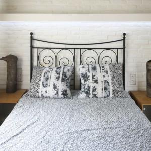 Biała cegła dobrze sprawdzi się także w małych sypialniach. Projekt: Dominik Respondek. Fot. Bartosz Jarosz.