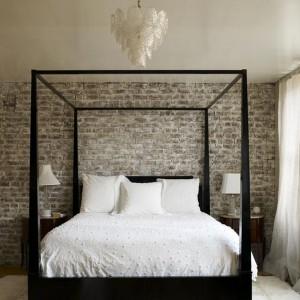 Cegła umieszczona na jednej ścianie wprowadzi do wnętrza wyraźny, dekoracyjny akcent. Fot. Lombock.