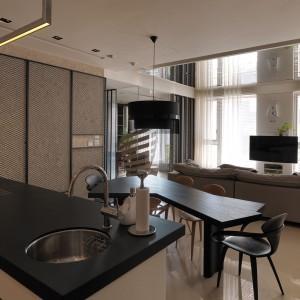 Kuchnia z wyspą, jadalnia i salon tworzą wspólną, otwartą przestrzeń. Domownicy mogą oglądać telewizję zarówno spożywając posiłki, relaksując się w salonie, lub przygotowując potrawy. Fot. Kyle You.