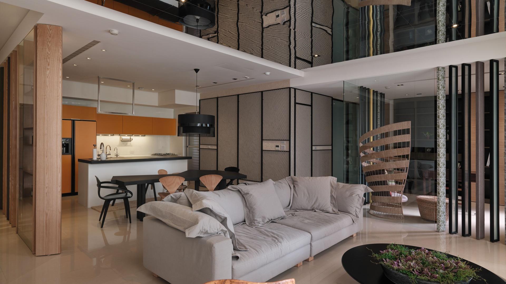 Na suficie w salonie zamontowano wielkowymiarowe lustro, które efektownie optycznie powiększa wnętrze, stwarzając iluzję wyższego pomieszczenia. Fot. Kyle You.