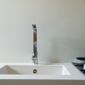 Zlewozmywak Soho N - 100 o niemal idealnie kwadratowym kształcie. Zamontowany pod blatem idealnie scala się z powierzchnią białego blatu kuchennego. Fot. CCI/Schock.