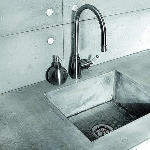 Propozycja dla odważnych miłośników minimalizmu i surowej stylistyki. Blat kuchenny oraz zlewozmywak wykonane z betonu architektonicznego. Wykonany na zamówienie. Fot. Morgan & Mueller.