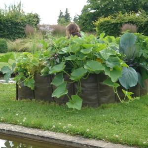 Materiałowe donice możemy także umieścić w ogrodzie. Fot. Bacsac.