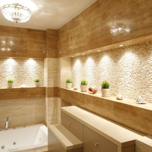 Miodowy trawertyn oraz jasna, beżowa mozaika kamienna dekorują ściany uroczego saloniku kąpielowego. Projekt: Jolanta Kwilman. Fot. Bartosz Jarosz.