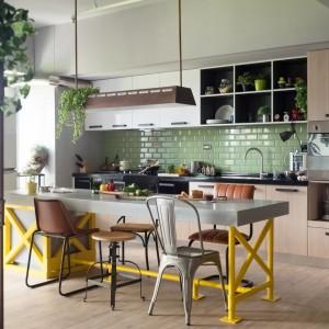 Powierzchnię nad blatem w kuchni wykończono zielonymi kaflami. Razem z brązowymi frontami szafek i drewniana podłogą nadają one wnętrzu charakteru pomieszczenia bliskiego naturze. Fot. Hey! Cheese.