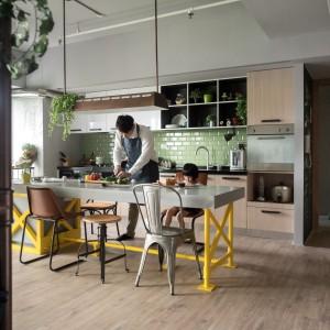 W centrum przestrzeni dziennej znalazła się wyspa kuchenna, pełniąca jednocześnie rolę stołu jadalnianego oraz powierzchni roboczej. Gotujący tata może spędzać jednocześnie czas ze swoją córeczką. Fot. Hey! Cheese.