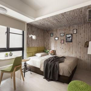 W sypialni strefę do spania wyznaczono za pomocą drewnianych desek, które zamykają przestrzeń aż z czterech stron. Pokryto nimi sufit i trzy ściany. Uzyskano dzięki temu bardzo przytulny efekt. Fot. Hey! Cheese.