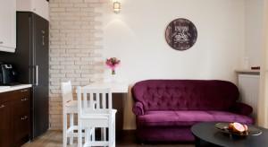 Jasny i przestronny salon połączonoz aneksem kuchennym.Głównym elementem jego wystroju jest zestaw wypoczynkowy iceglana ściana.