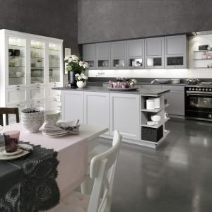 Piękna kuchnia, utrzymana w kompozycji bieli i szarości. Chłodne kolory ocieplają ozdobne fronty szafek i klasyczny stół jadalniany. Fot. Rational, kolekcja Casa Classic.