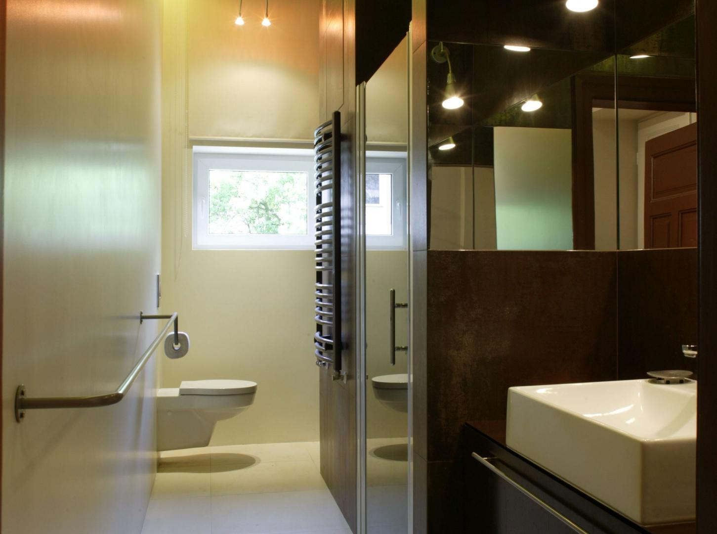 Umieszczenia na jednej ze ścian wnęk z przeznaczeniem na umywalkę, kabinę prysznicową oraz szafki gwarantuje funkcjonalność. Fot. Bartosz Jarosz.