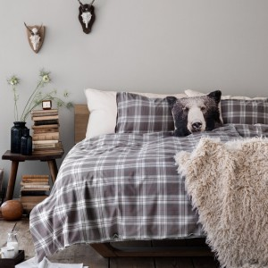 Miękkie, puchowe koce, miła w dotyku pościel to niezbędne wyposażenie każdej sypialni w sezonie jesienno-zimowym. Fot. H&M Home.