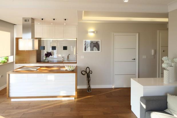 W przestronnym apartamencie Przedpokój otwarty na   -> Kuchnia Przedpokój Inspiracje