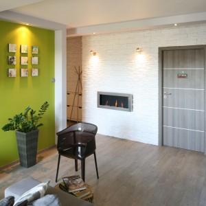 W niewielkim mieszkaniu przedpokój został w pełni zintegrowany z otwartym na kuchnię salonem. Rozwiązanie to pozwoliło powiększyć przestrzeń strefy dziennej. Projekt: Arkadiusz Grzędzicki. Fot. Bartosz Jarosz.