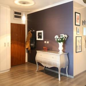 Stylowa komoda stanowi wizytówkę urządzonego w stylu glamour wnętrza. Umiejscowiona tuż przy wejściu - zaprasza na salony. Projekt: Joanna Nawrocka. Fot. Bartosz Jarosz.