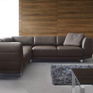 Enjoy marki Etap Sofa to kolekcja o lekkiej linii, niemal unosząca się na drewnianych nogach, oprawiona w kubistyczną formę. Zastosowano tu cienką funkcję spania typu Slim. Fot. Etap Sofa.