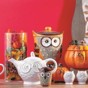Bardzo modne i wpisujące się w jesienny nastrój sowy to także idealne zwierzaki na Halloween. Polują w nocy i potrafią złowieszczo pohukiwać nocą... Razem z pojemnikiem w kształcie dyni będą piękną ozdobą stołu na Halloween. Fot. Home&You.