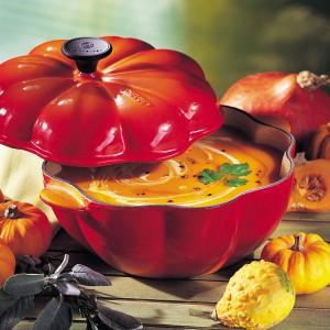 Zupa z dyni najlepiej smakować będzie podana w kamionkowej wazie w kształcie tego warzywa. Fot. Le Creuset/Fabryka Form.
