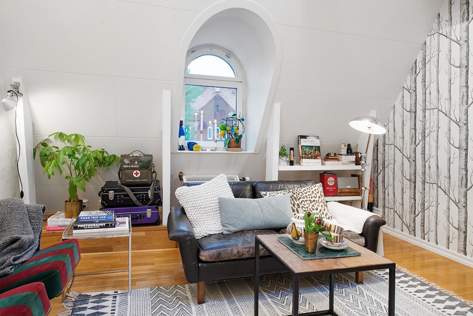 Półkola wokół okien, bogato rozmieszczone tkaniny i urokliwe akcenty dekoracyjne nadają mieszkaniu romantycznego wyrazu. Fot. Alvhem Makleri.