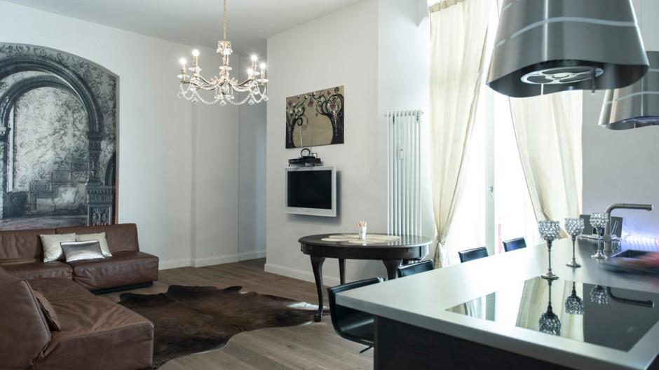 W salonie postawiono na ciepłe brązowe barwy. Dywan z motywem zwierzęcym, stylizowany drewniany stolik i komplet wypoczynkowy w czekoladowym kolorze nadają wnętrzu przytulnego charakteru. Fot. www.suite030.com.