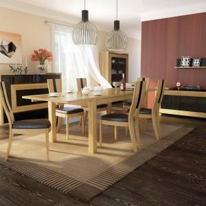 Kolekcja Corino marki Mebin łączy w sobie zamiłowanie do natury i funkcjonalną nowoczesność. Są to meble z frontami z litego drewna dębowego z elementami wykończonymi naturalną okleiną dębową w ciepłych kolorach dąb naturalny i orzech. Fot. Mebin.