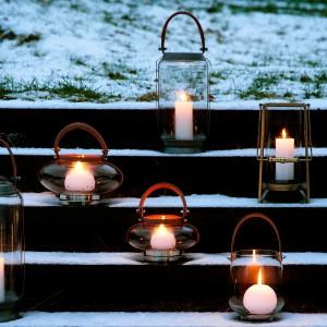 Małe, przeszklone świeczniki oświetlą przestrzeń ogrodu. Fot. Broste Copenhagen.