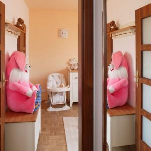 Jedynym różowym akcentem w pokoju malucha jest maskotka-królik. Fot. Archiwum Dobrze Mieszkaj.