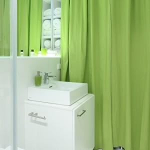 Zieleń  w łazience, to nie tylko kotara, ale także dodatki, które świetnie ożywiają białą łazienkę i zapewniają jej optymistyczny, pełen energii charakter. Fot. Bartosz Jarosz.