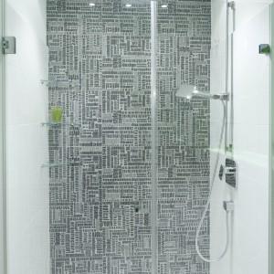 Prysznic umieszczony został we wnęce, której ścinę  wykończono oryginalnymi płytkami  (marki Peronda) z wzorem nagłówków.prasowym.  Fot. Bartosz Jarosz.