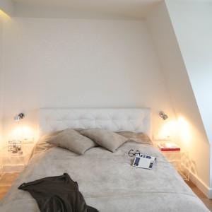 Transparentne stoliki (marki Kartell) umieszczone po obu stronach łóżka dodają wnętrzu lekkości. Fot. Bartosz Jarosz.