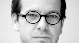 Skończył Akademię Sztuk Pięknych w Poznaniu wydział Architektury Wnętrz i Wzornictwa. W 2001 roku wspólnie z Robertem Nowakowskim założył studio projektowe.
