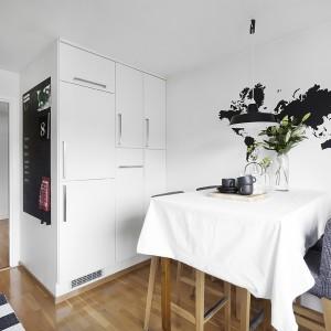 W kuchni - podobnie jak w całym mieszkaniu - starano się jak najekonomiczniej wykorzystać przestrzeń. Postawiono na wysoką białą zabudowę. Fot. Vastanhem.