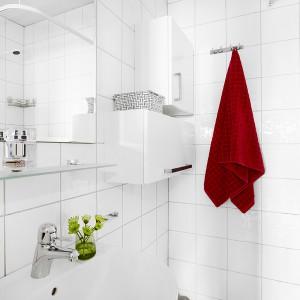 W białej łazience postawiono na minimalizm. Geometryczne formy, gładkie powierzchnie i proste, ostre kąty nadają wnętrzu nowoczesnego wyrazu. Fot. Vastanhem.