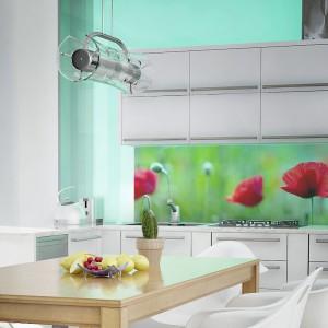 Przepiękna kolorowa fototapeta w kwitnące maki. Intensywna czerwień i soczysta zieleń ożywiają białą kuchnię i stanowią efektowny akcent dekoracyjny. Fot. Dekornik.pl